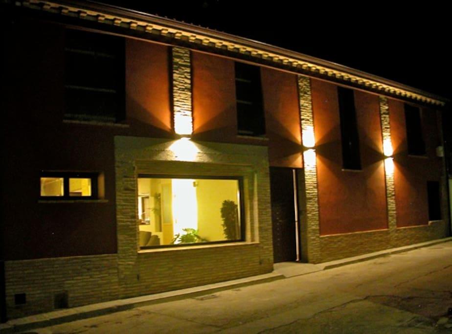 Street view of Casa Rural Los Chicos de Lastanosa at night