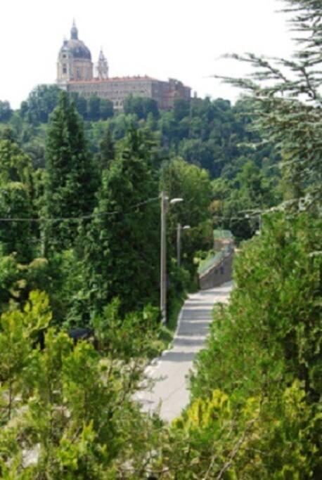 Strada panoramica della collina e vista della Basilica di Superga