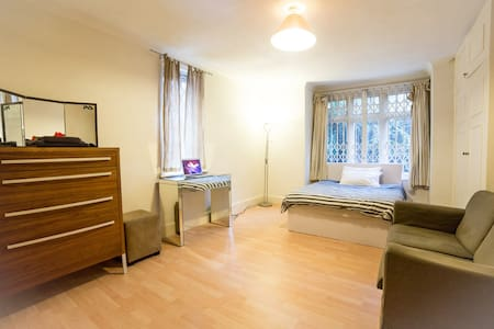 DOUBLE BED ROOM CLOSE PARK - London - House