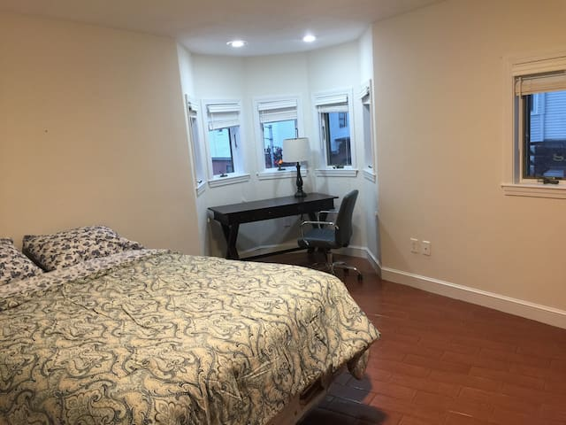 Spacious 2 bedroom near airport w/ parking