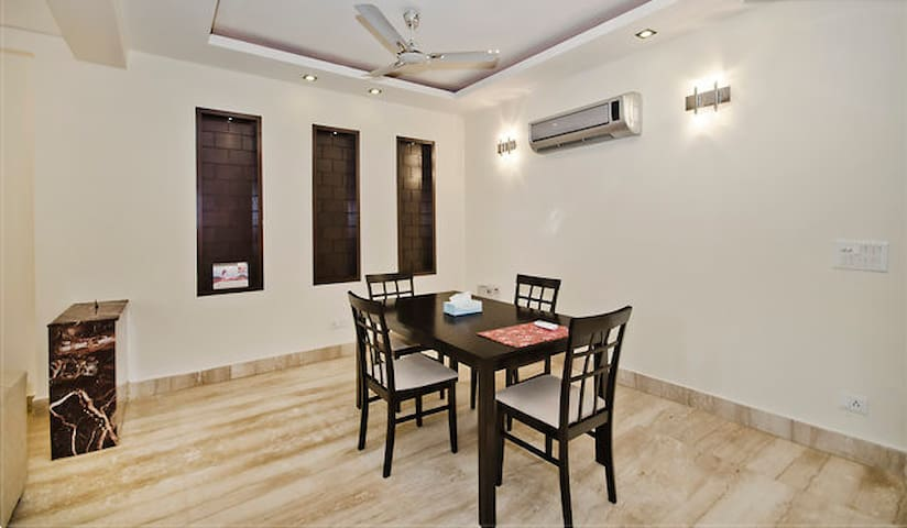Deluxe Private Room in A Three Bedroom Apartment - New Delhi - Appartement