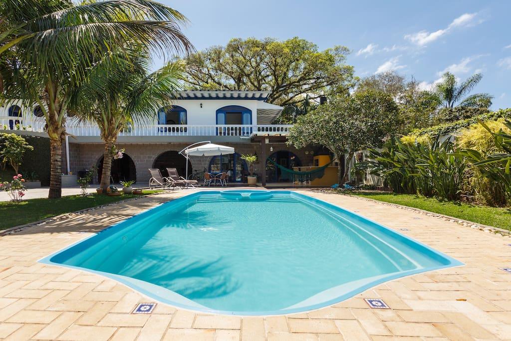 Fachada da residência - Aréa de lazer - piscina e churrasqueira