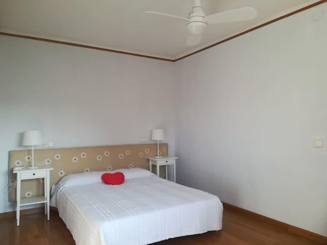 Cuarto principal de 14 m2 con cama de 1.50 y TV