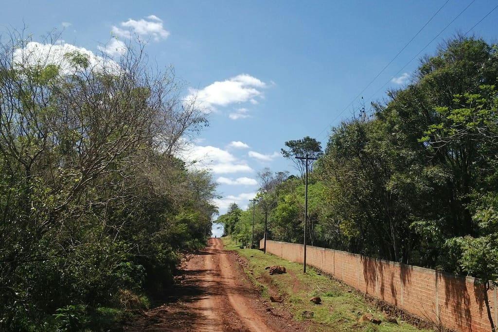 Calle de accesso/ Rua pra accessar/ Street view.