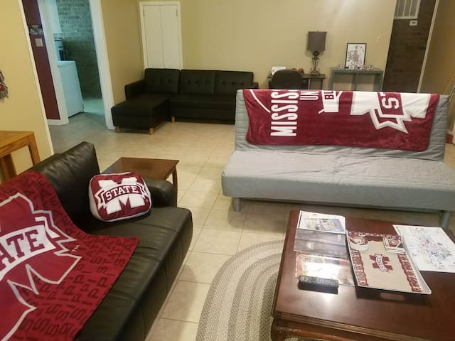 Spacious MSU Fan Headquarters Near Campus!!!