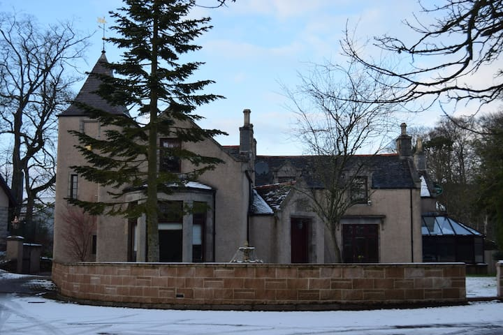 Grand 6 Bed Scottish Baronial House - Westhill - Casa