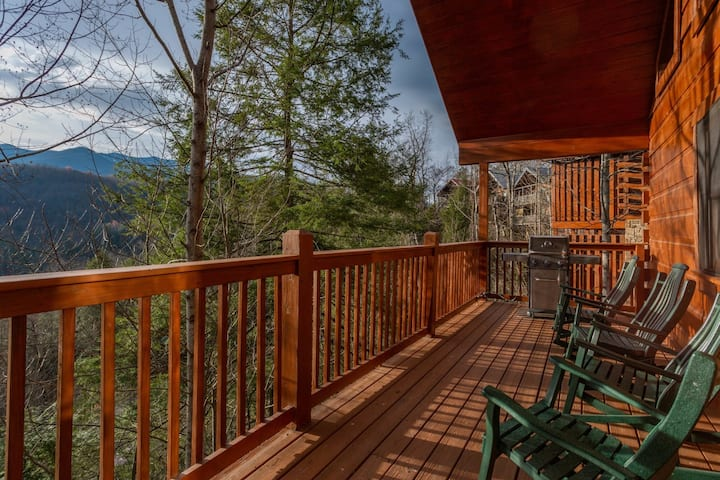 Near Downtown Gatlinburg/Beautiful Views/Hot Tub
