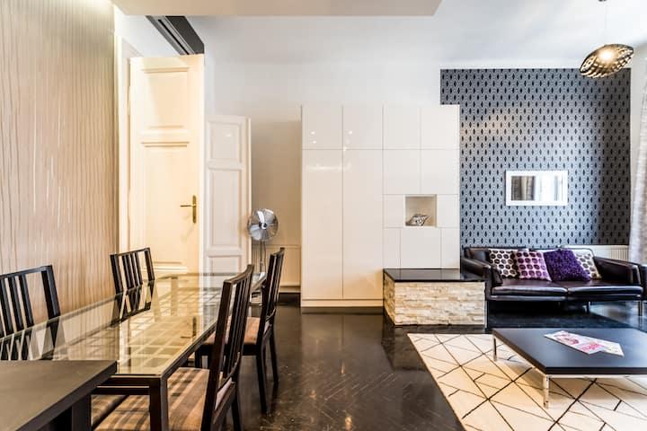 B&W Elegant Home with A / C