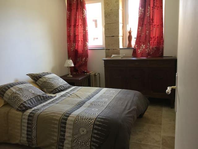 1 chambre avec un lit double au cœur de la forêt