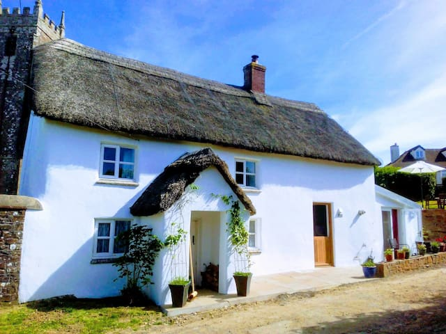 A beautiful Devon thatched cottage, pub 200m walk