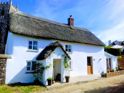 A beautiful Devon thatched cottage, pub 200m walk