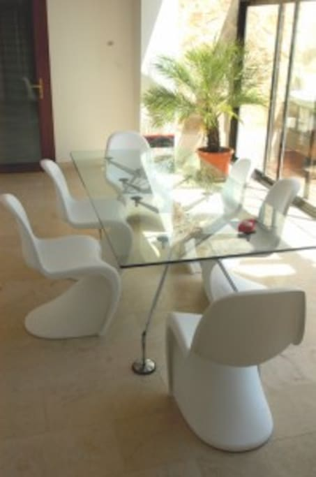 The dining table in the sun lounge offers room to 10-22 people.