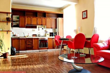 Comfy and Cozy 1 Bedroom in the Great Location - Novosibirsk - Apartamento
