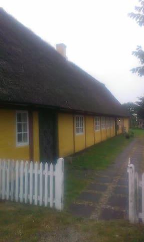 Stort gammelt Fanøhus med stor have - Fanø