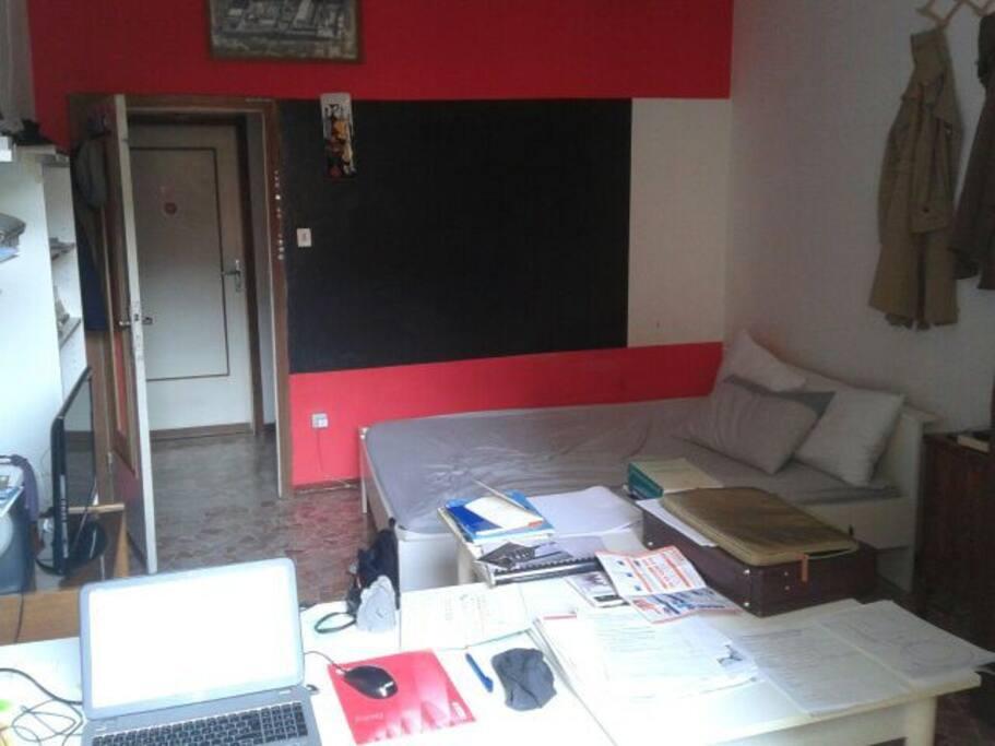 Qui si vede il letto matrimoniale, le due ampie scrivanie, l'armadio, la tv, la libreria! E' molto ampia, luminosa e comoda!