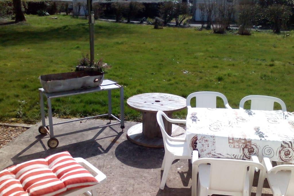 jardin terrasse et barbecue à disposition