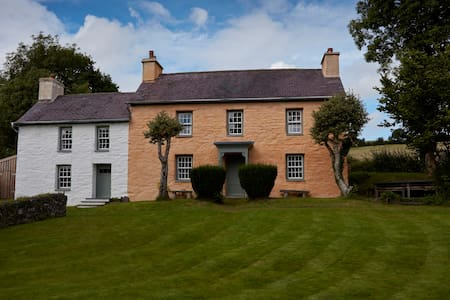 Welsh Farm House - Penrhiw-llan