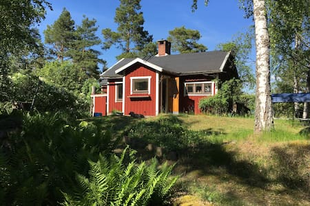 Cosy cottage with lakeview close to Stockholm