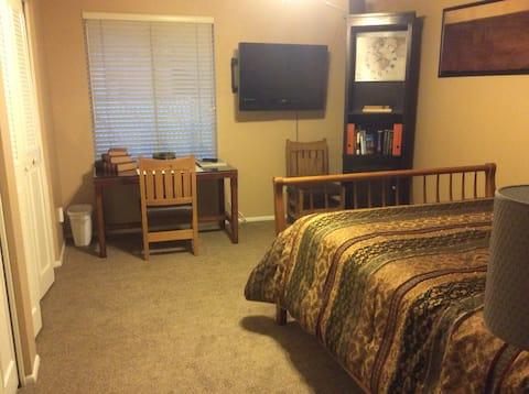Een ruime slaapkamer suite met eigen buitendeur