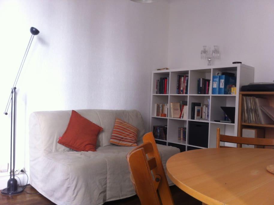 Salon avec table à manger 1 à 4 personnes, canapé lit convertible, chaine hi-fi.