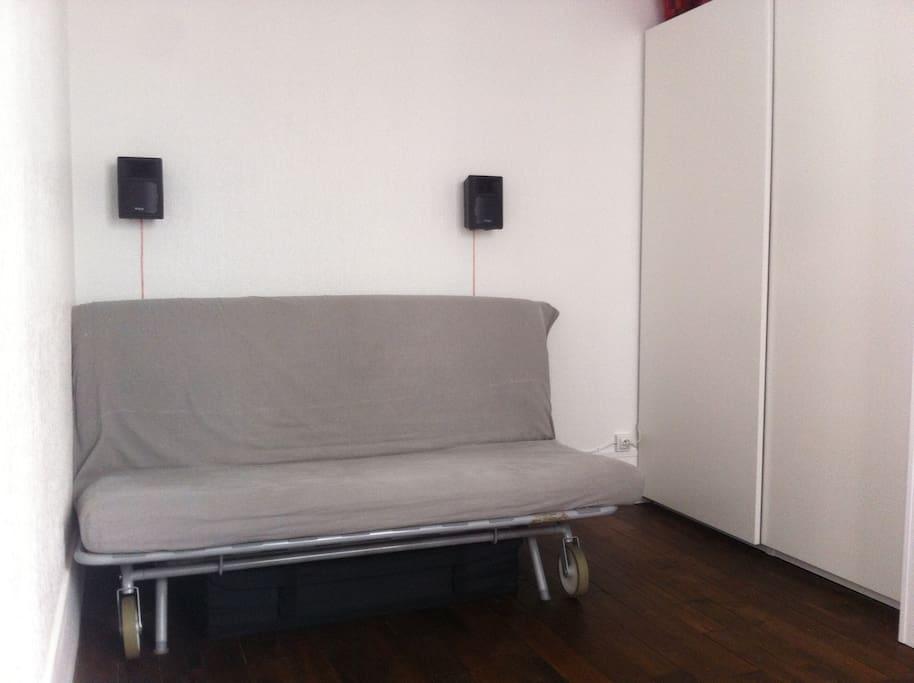 Chambre avec canapé lit convertible (plié).