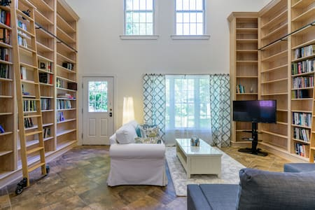 The Book Nook - A Private Downtown Retreat