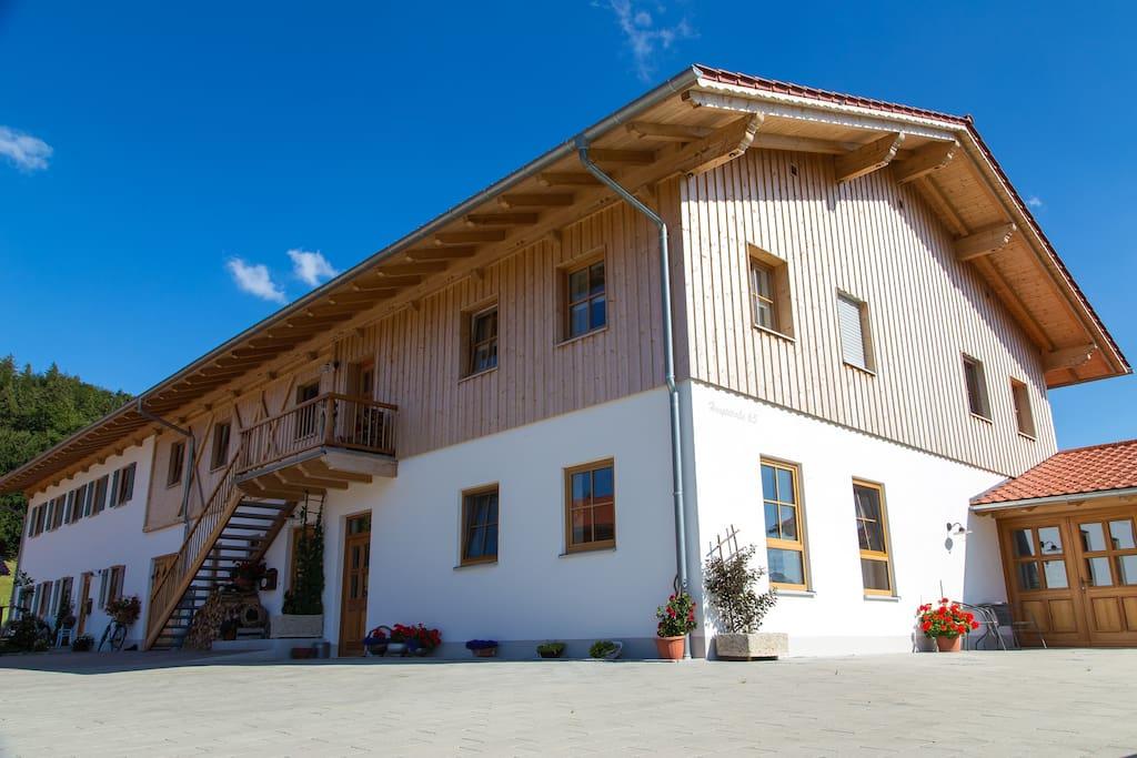 Innenhof mit Zugang zu den beiden Ferienwohnungen im 1.OG