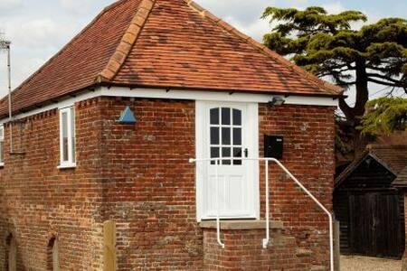 The Wendy House, Gatwick 15 mins - House