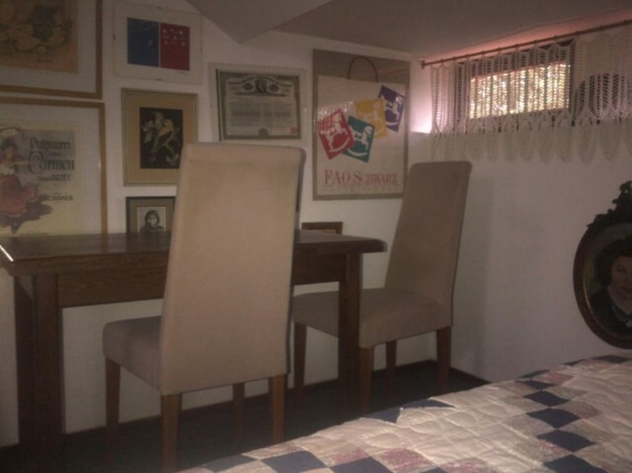 ontbijt tafel met twee stoelen
