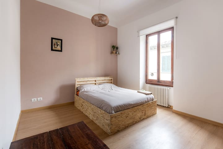 Large clean cozy room: queen size bed in center B - Florencia - Bed & Breakfast