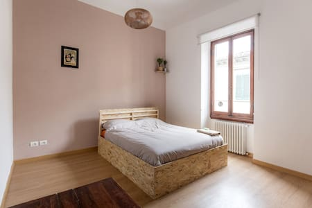 Large clean cozy room: queensize bed in center - Firenze