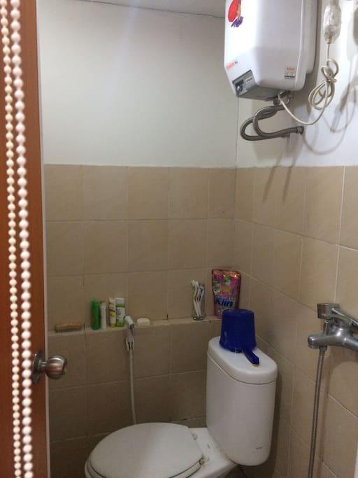 Kamar mandi yg bersih , dengan closet duduk dan kami lengkapi pemanas air