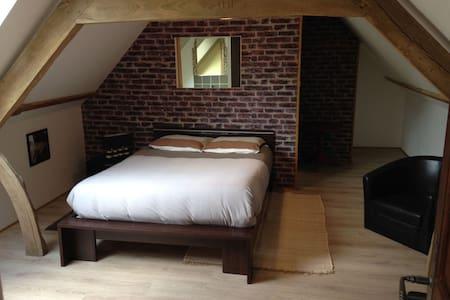 rêvedelac chambre loft - Brêmes - ที่พักพร้อมอาหารเช้า