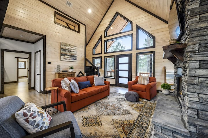 NEW - Modern Luxury Cabin - 2 BR / 2. 5 Bath, Game Room and Peloton Bike