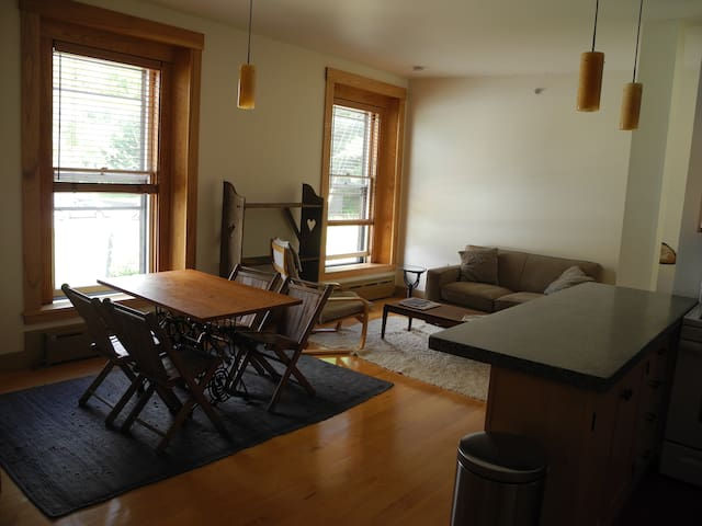 Historic Vacation Rental - Third floor apt. - Hardwick - Apartment