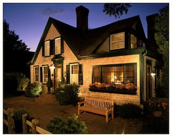 Snug Cottage Guesthouse - Provincetown - Bed & Breakfast