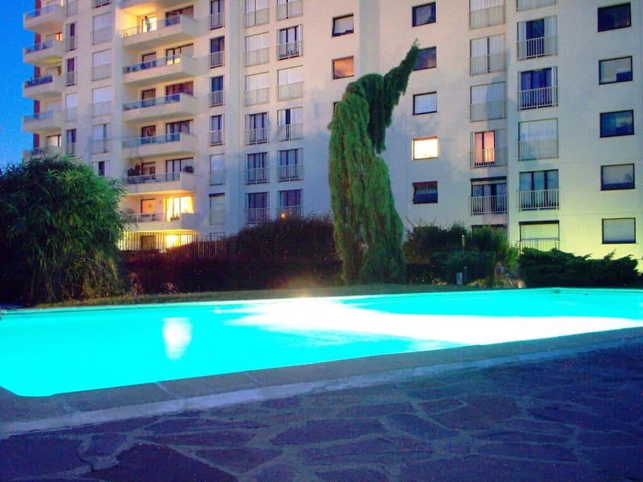 Chbre tres proche centre congres pyramid apartments for for Piscine le pecq