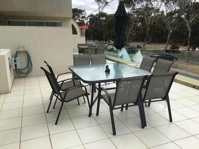 LOCATION!! 100m from beach & shops - Torquay - Pis