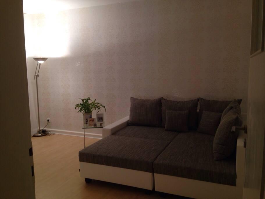 ausklappbare Couch im Wohnzimmer