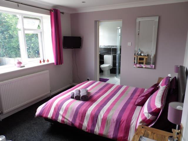 May Fields GH. Emmbrook Room (en-suite) sleeps 2