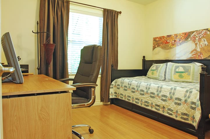 COZY BEDROOM FOR TWO  (2 TWIN BEDS) - North Hollywood - House