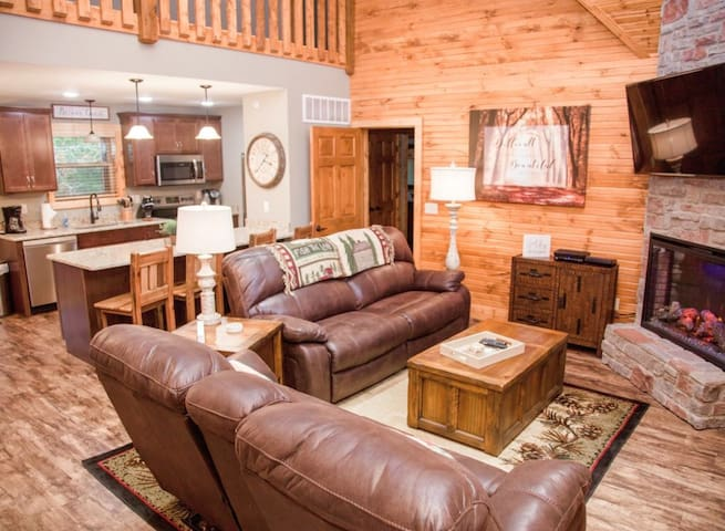 Whispering Pines Lodge- 4 bed/bath in Stonebridge!