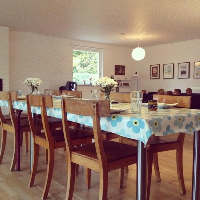 Vores stue har god plads til, at I kan nyde en god middag.