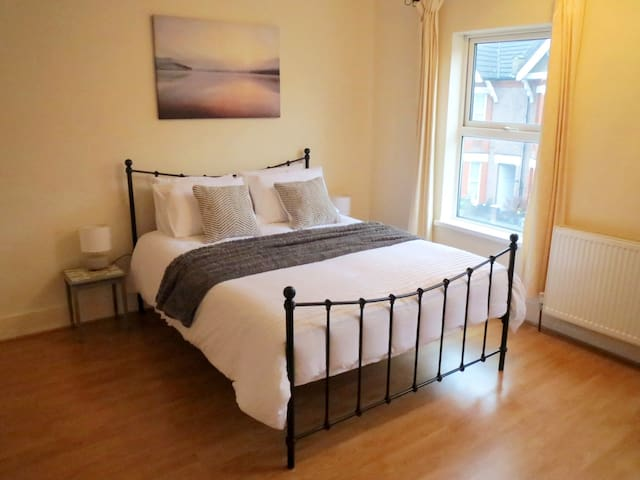 Comfortable spacious home near town centre - Luton - Casa
