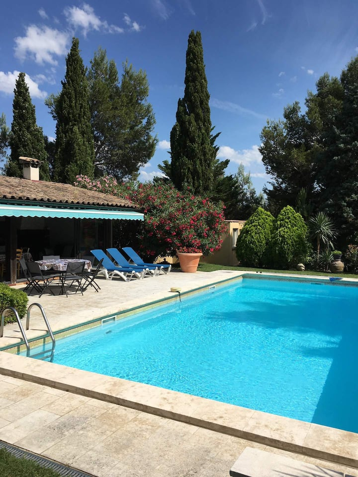 Very pleasant home with private pool in an exceptional green setting in Beaucaire between Camargue and Avignon, sleeps 4.