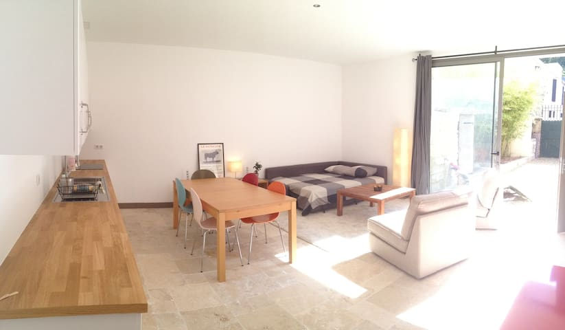 Spacious, light-filled studio 5 min walk to town - Sommières - Appartement