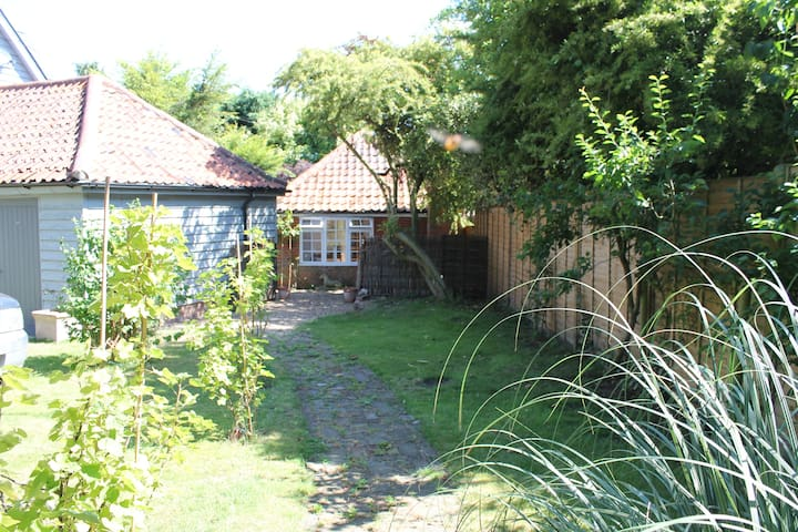 Cute cottage in tree-filled garden, Orford - Orford - House