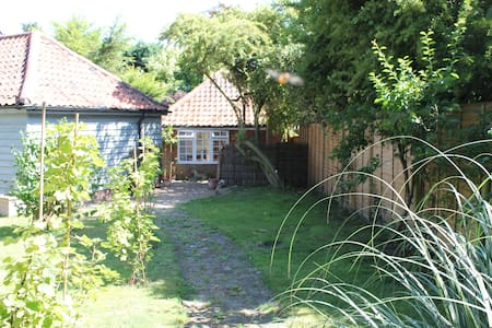 Cute cottage in tree-filled garden - Orford