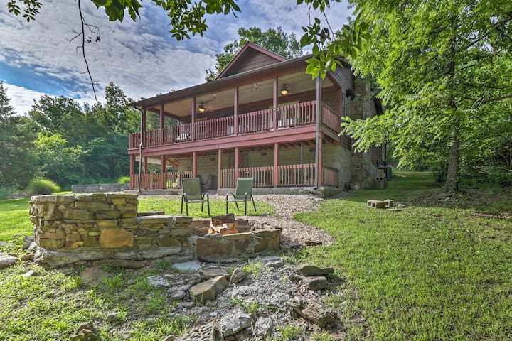 'Creekside Hideaway' Home w/Fire Pit+Creek Access!