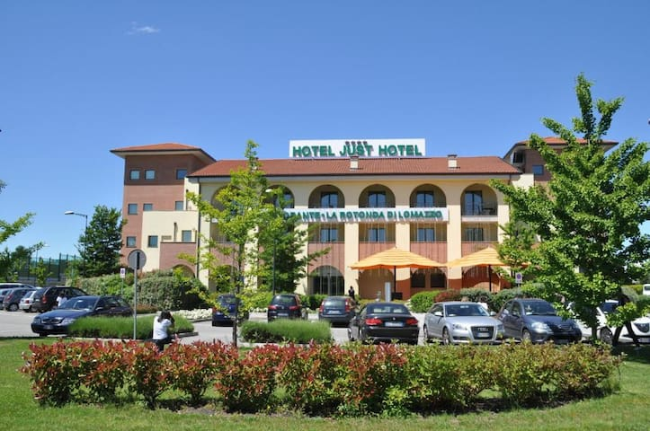 Just Hotel Lomazzo Fiera 25-26.08 Breakfast includ